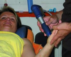 Evelyne Müller erhält eine Stosswelle